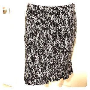 🪀Ann Taylor black and white skirt